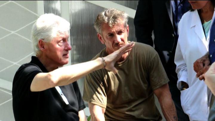 L'ex presidente Bill Clinton e Sean Penn ad Haiti