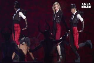 Apprensione per Madonna che cade sul palco