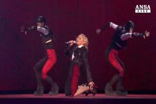 Ballerino la tira, Madonna cade sul palco