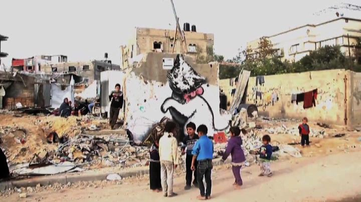 Il video di Banksy per Gaza, i suoi graffiti fra le macerie ...