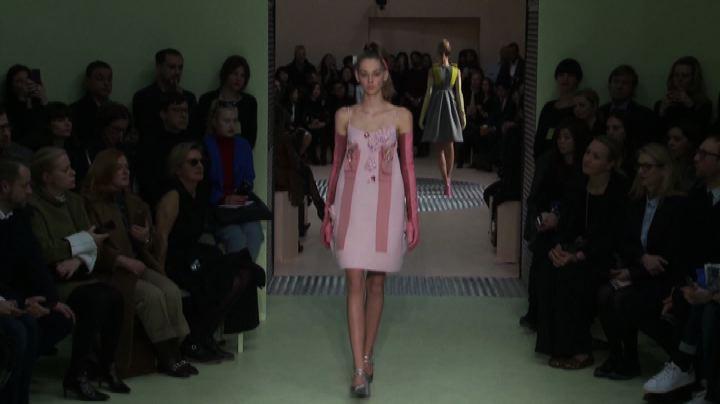 A Milano la sfilata di Prada, fra retrò e futurismo