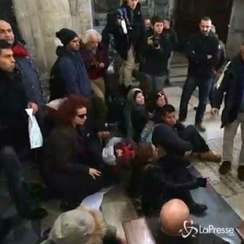Roma, manifestanti anti-Salvini occupano chiesa piazza del ...
