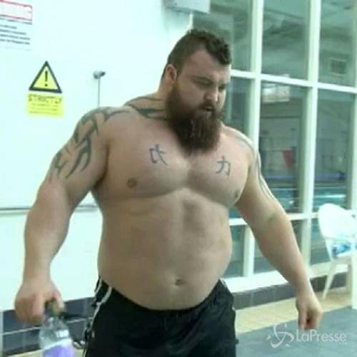 Palestra e sauna: l'allenamento dell'uomo più forte della ...