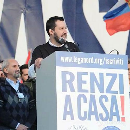 La piazza insulta Renzi, Salvini scherza: Inventerà una ...
