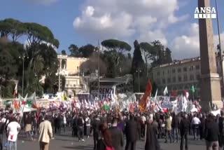 Salvini a Roma, sfida Renzi e liquida Cav