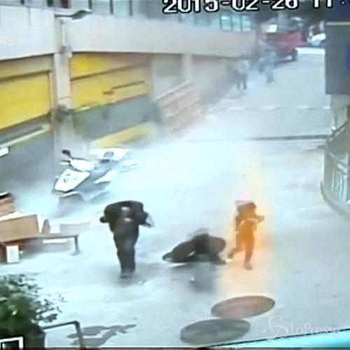 Petardi nel tombino in Cina: muore una bambina