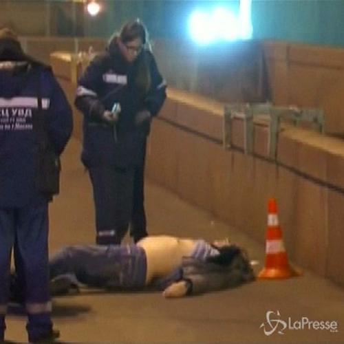 Russia, le immagini del corpo a terra di Nemtsov, ...