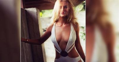 Rosie Huntington-Whiteley è sexy in costume da bagno
