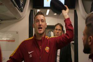 """""""C'è solo un capotreno"""": show di Totti sulla Frecciarossa"""