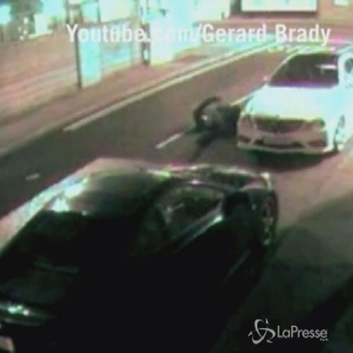 Ladro pasticcione tenta di rompere i vetri di un'auto e ...
