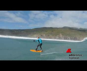 Con la tavola da surf a 1 metro dall'acqua