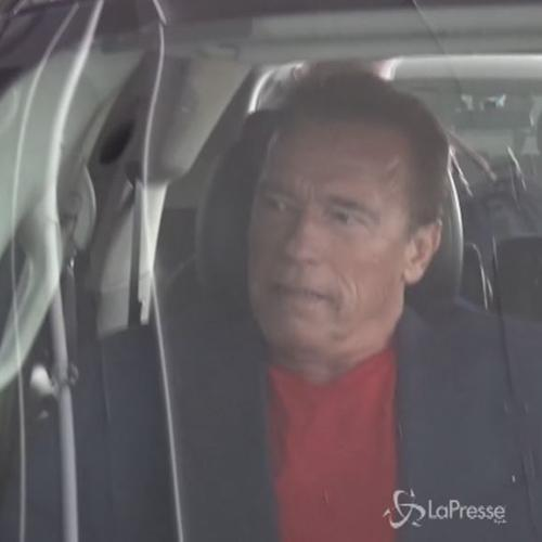 Schwarzenegger rosso peperone all'aeroporto di Los Angeles  ...