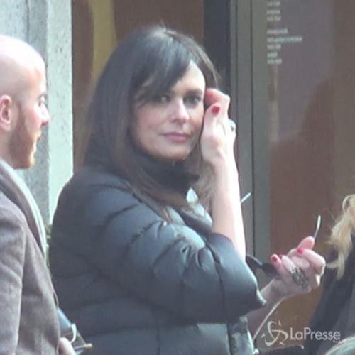 Cucinotta in centro a Milano: look semplice per una bella ...