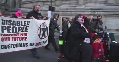 Londra, disabili in protesta bloccano la città