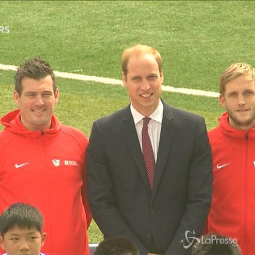 Principe William scende sul campo di calcio in Cina assieme a ragazzini di Shanghai