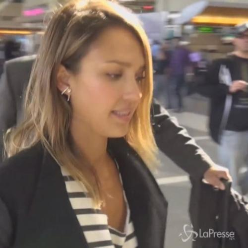 Jessica Alba sola all'aeroporto di Los Angeles, bella ...