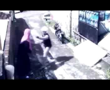 Malesia: donna reagisce a uno scippo... rubando il motorino ...