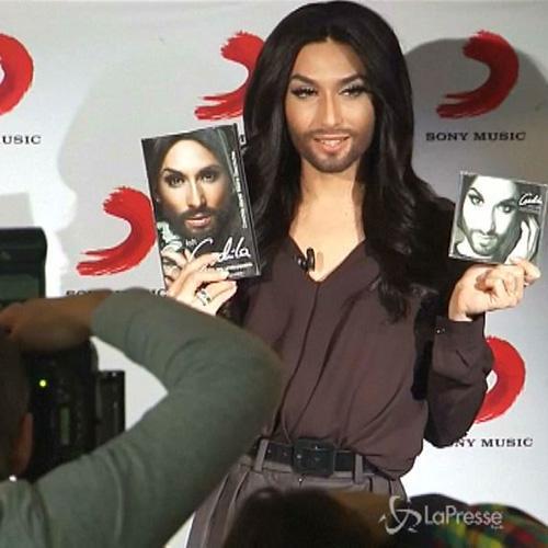 La star 'barbuta' Conchita Wurst presenta autobiografia e ...