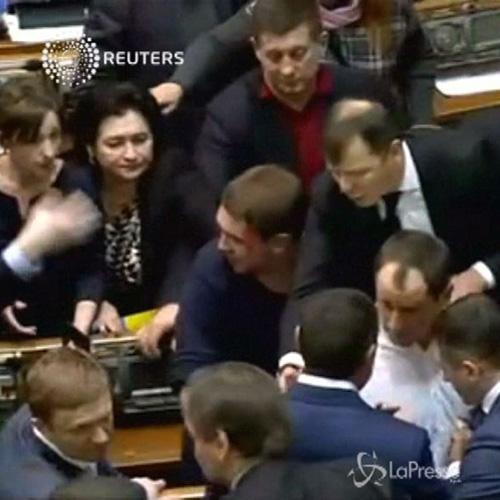 Rissa fra due deputati nel parlamento ucraino: uno dei ...