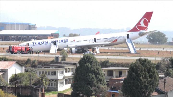 Nepal, aereo della Turkish Airlines fuori pista per la ...