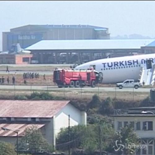 Aereo turco finisce fuori pista durante atterraggio in ...