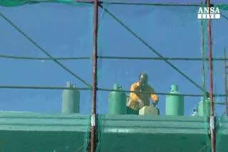 Protestano con gas su tetto ex mercato ittico Napoli