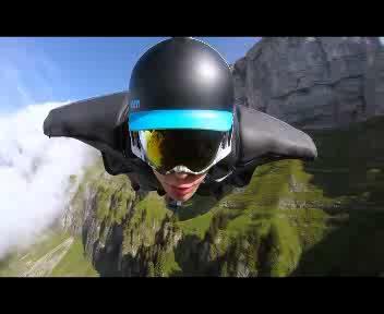 In volo tra le Alpi svizzere con la tuta alare