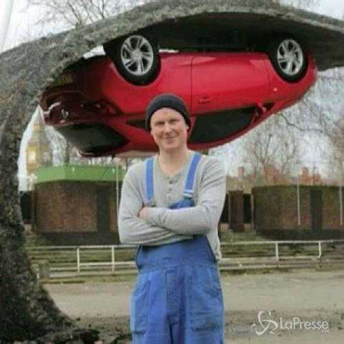 Londra, Chinneck sfida la gravità: l'auto a testa in ...