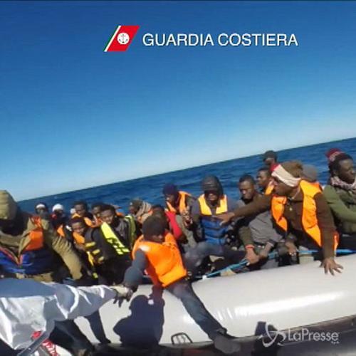 Sbarchi, si rovescia barcone in Canale di Sicilia: trovate ...