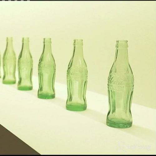 Bottiglia di vetro della Coca Cola compie 100 anni: un ...