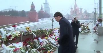 Renzi a Mosca depone un mazzo di fiori per Nemtsov