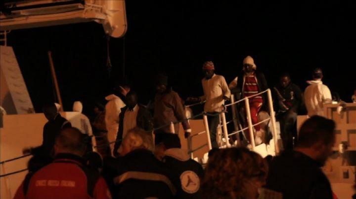 Augusta, le 10 salme di migranti e lo sbarco dei superstiti ...