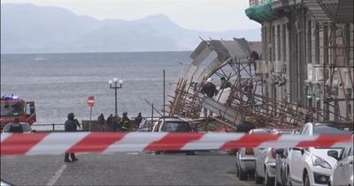 Maltempo: crolla ponteggio a Napoli