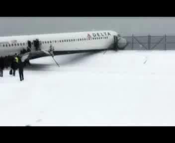 Aereo fuori pista a New York durante bufera di neve