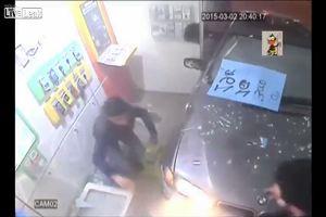 Auto travolge pedone e sfonda la vetrina di un negozio: ...