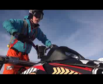La slitta in volo col paracadute