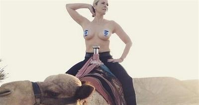 Chelsea Handler cavalca un cammello in topless