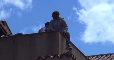 """Palermo, lavoratori sul tetto: """"Pagateci gli arretrati"""