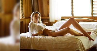 Candice Swanepoel sexy come non mai in camera da letto