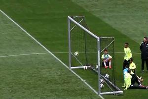 """I piedi fatati di Neymar sfidano la fisica: """"gol"""" impossibile da dietro la porta"""