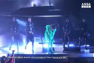 """Il """"sacco"""" di Taylor agli IHeart Awards"""