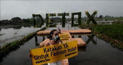 Modelle con maschere anti-gas, la sfilata ambientalista