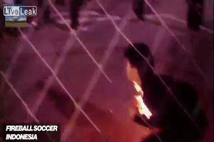 Piedi nudi e palla infuocata: il folle calcio indonesiano