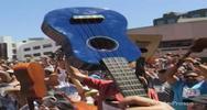 Più di mille persone suonano ukulele a Los Angeles, ma non ...