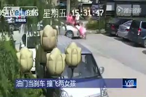 Perde il controllo dell'auto e travolge due ragazze: illese
