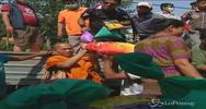 Sisma Nepal, monaci thailandesi distribuiscono aiuti in ...