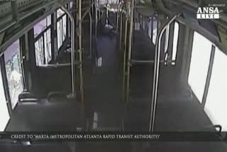 Treno contro bus, la fuga dei passeggeri