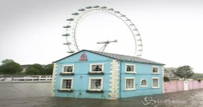 Londra, casa galleggiante in viaggio su Tamigi: la nuova trovata di Airbnb