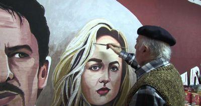Il pittore greco che dipinge le locandine dei film a mano   ...
