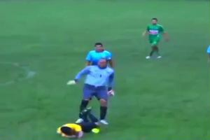 Perù: il portiere prende a calci nella schiena l'arbitro